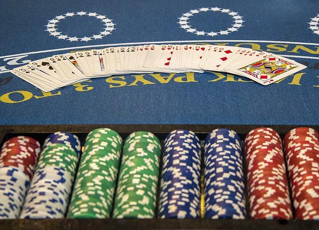 des jetons sur une table de blackjack