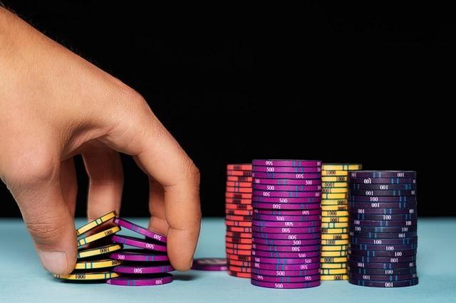 joueur de poker réalisant des chips tricks