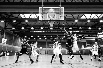 foto hitam putih pertandingan bola basket
