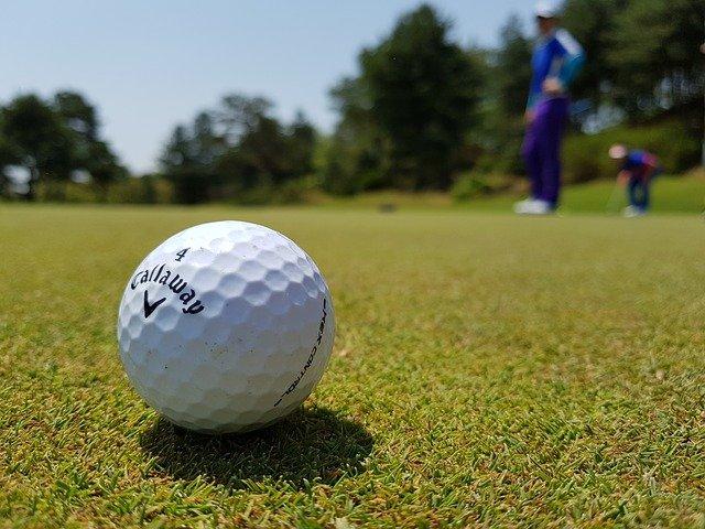 balle de golf sur un green